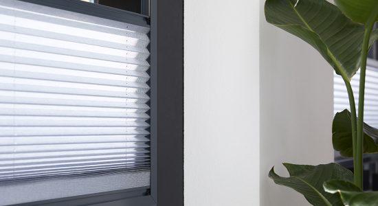 Manteaukozijnen-raamdecoratie_Splendid Pliss_01_DETAIL